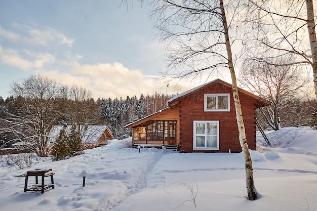 Zimowy dom na zimowy śnieżny krajobraz panoramiczny