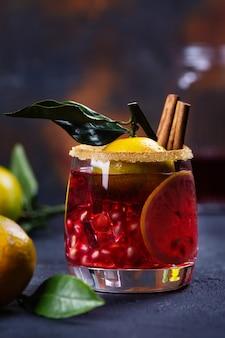 Zimowy koktajl z owocami i cynamonem