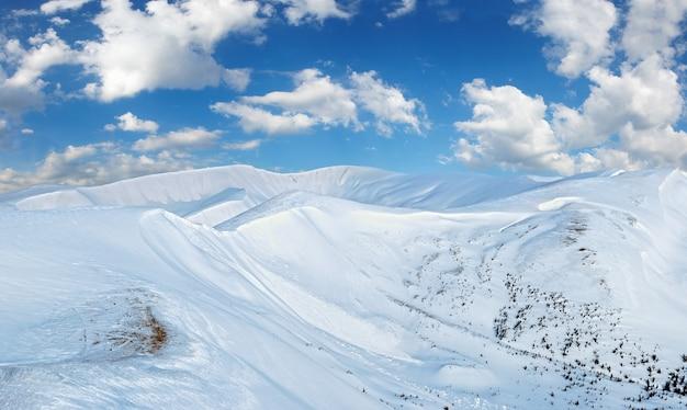 Zimowy krajobraz górski w świetle poranka (ukraina karpat, svydovets range).