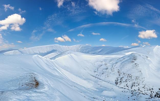 Zimowy krajobraz górski w świetle poranka (ukraina karpaty, zakres svydovets).