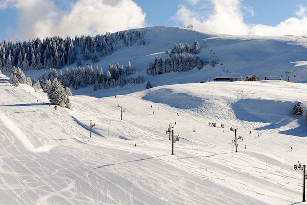 Zimowy krajobraz górski we francuskich alpach