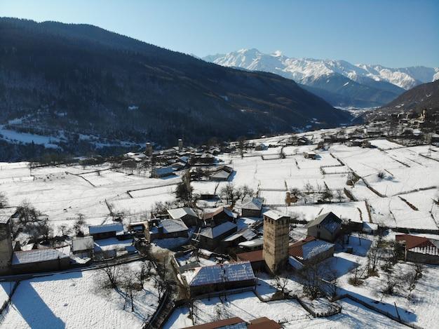 Zimowy krajobraz górski z wiejskiej strony