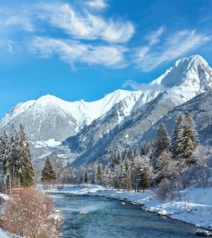 Zimowy krajobraz kraju z górami i rzeką, austria, tyrol, haselgehr village