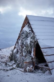 Zimowy krajobraz. małe drewniane schronisko w górach