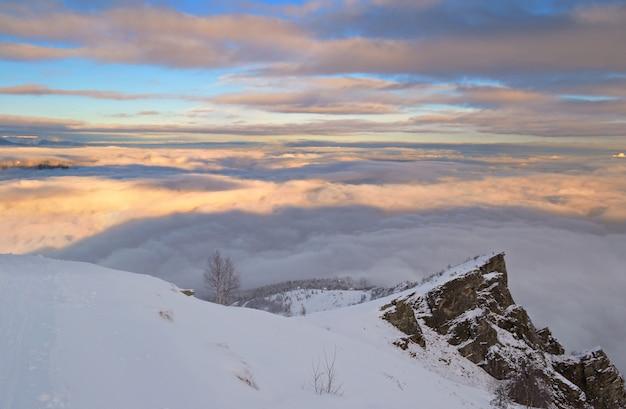 Zimowy krajobraz o zachodzie słońca, śnieg w alpach