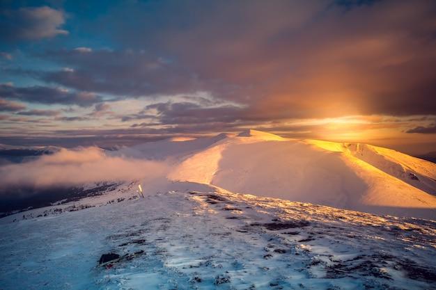 Zimowy krajobraz o zachodzie słońca