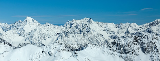 Zimowy krajobraz, panorama ośrodka narciarskiego pitztaler gletscher. wildspitzbahn. alpy. austria.