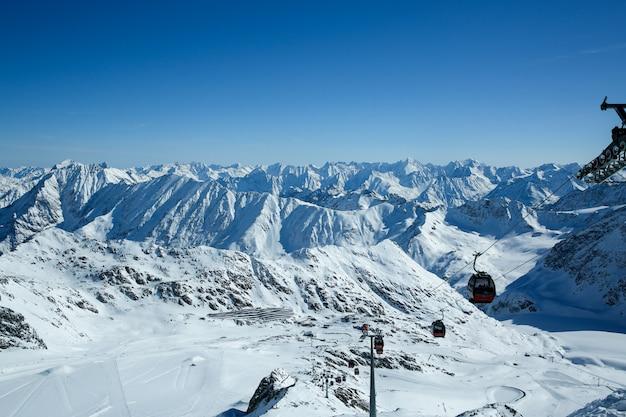 Zimowy krajobraz, panorama ośrodka narciarskiego ze stokami i wyciągami narciarskimi. alpy. austria. pitztaler gletscher. wildspitzbahn