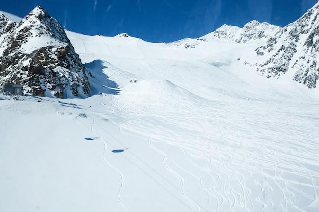 Zimowy krajobraz, panorama ośrodka narciarskiego ze stokami narciarskimi. alpy. austria. pitztaler gletscher. wildspitzbahn