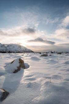 Zimowy krajobraz. piękny widok na zimowy krajobraz w norwegii podczas zachodu słońca