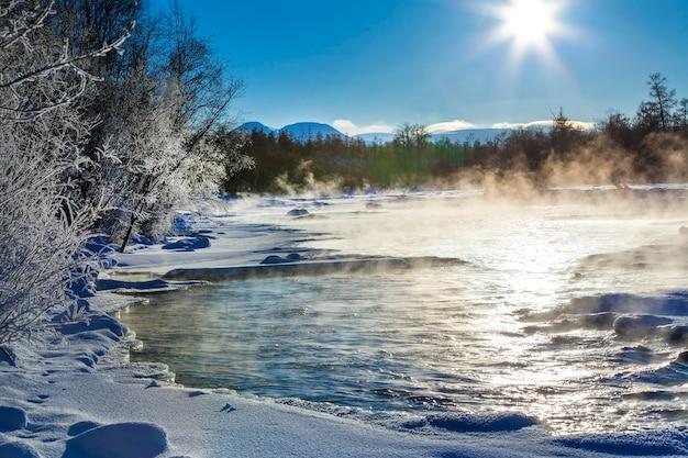 Zimowy Krajobraz Rzeki Z Mgłą W Słoneczny Dzień Premium Zdjęcia