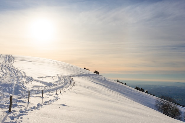 Zimowy krajobraz, ścieżka trekkingowa pokryta śniegiem