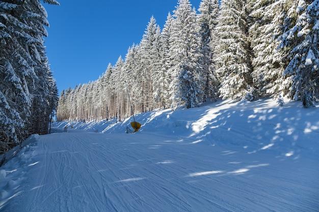 Zimowy krajobraz w górach ośrodek narciarski bukovel