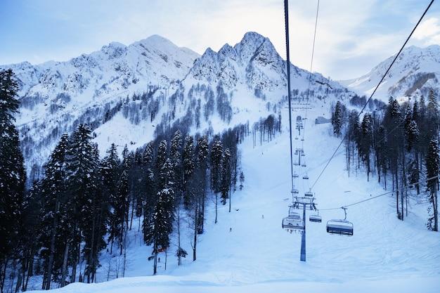 Zimowy krajobraz w ośrodku narciarskim rosa khotor w rosji