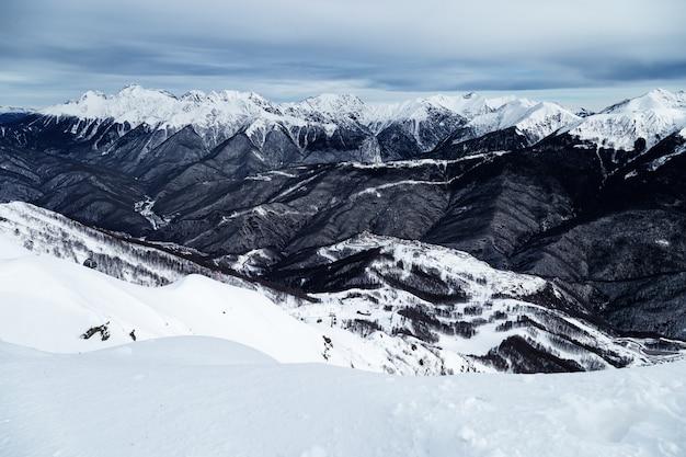 Zimowy krajobraz w ośrodku narciarskim rosa khutor w rosji.