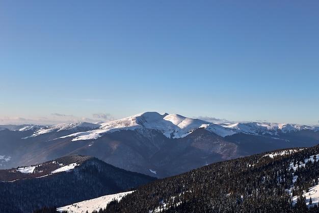 Zimowy krajobraz w zaśnieżonych górach