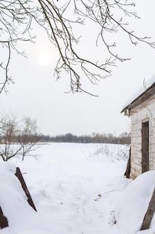 Zimowy krajobraz we wsi. widok na zaśnieżone pole