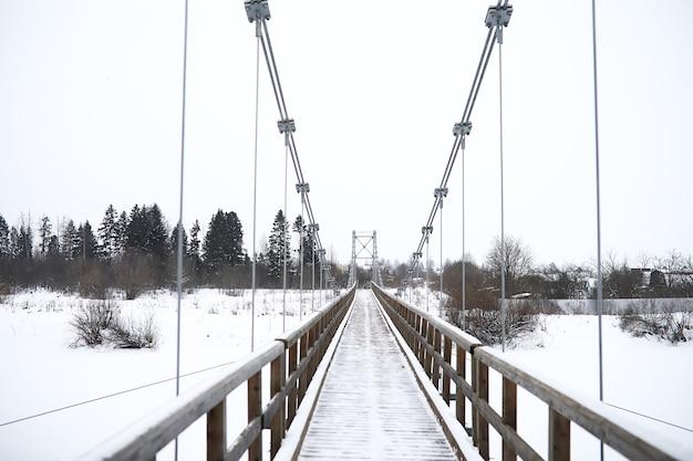 Zimowy krajobraz wiejskich pól i dróg na śniegu