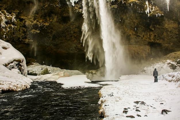 Zimowy krajobraz wodospadu seljalandsfoss, islandia, europa północna.