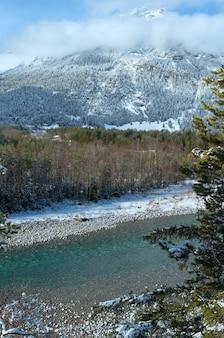 Zimowy krajobraz z górą i rzeką (austria, tyrol)