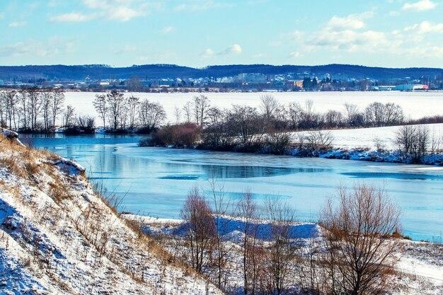 Zimowy krajobraz z małymi rybkami w senną pogodę
