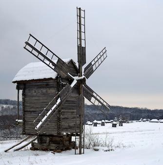 Zimowy krajobraz z wiatrakiem