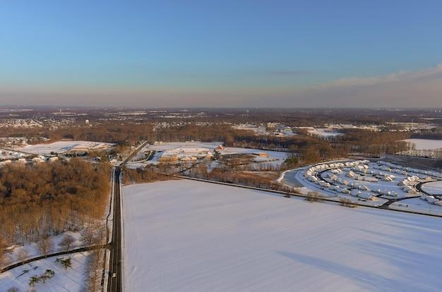 Zimowy krajobraz ze śniegiem na ulicach mieszkalnych pokryte śniegiem domy amerykańskiego miasta na śniegu w usa
