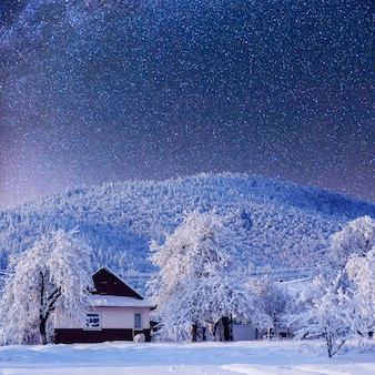 Zimowy krajobraz ze śniegiem w górach