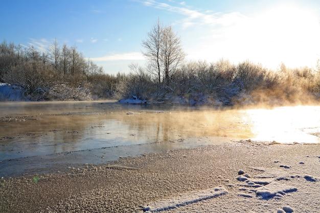 Zimowy lód na małej rzece