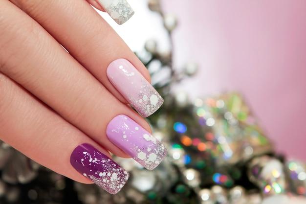 Zimowy manicure liliowy z brokatem