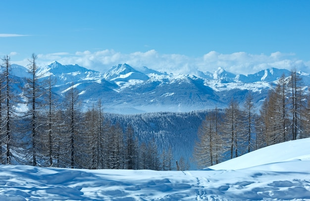 Zimowy mglisty widok z masywu górskiego dachstein w austrii.