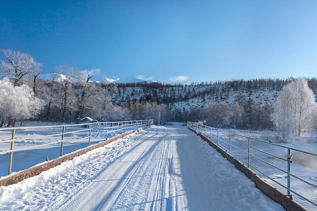 Zimowy most nad rzeką na kamczatce