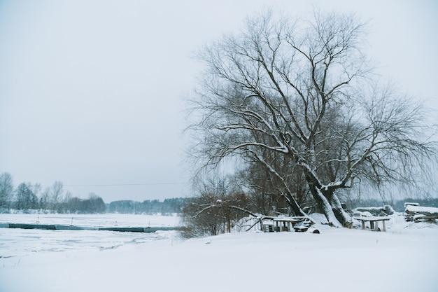 Zimowy mroźny krajobraz rzeki z łamanym lodem