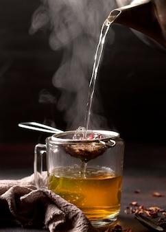 Zimowy napój herbaciany i gorąca woda