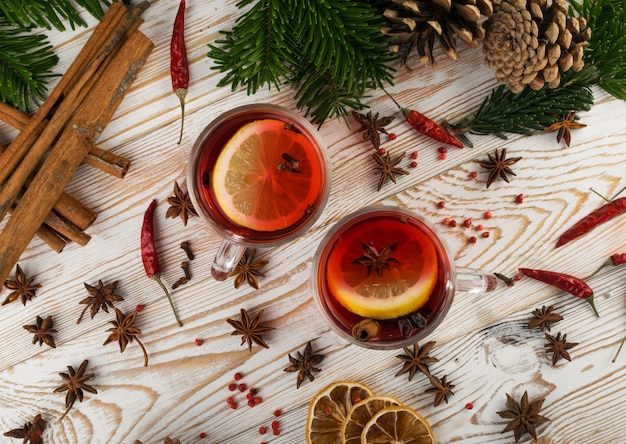Zimowy napój z pikantność na świątecznym nowego roku tle