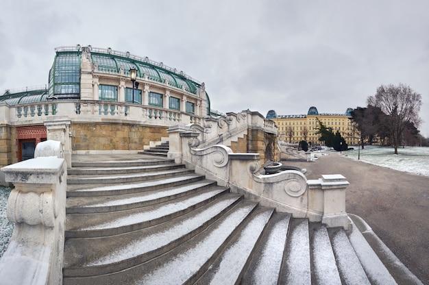 Zimowy panoramiczny obraz schodów w kierunku imperial butterfly house w wiedniu