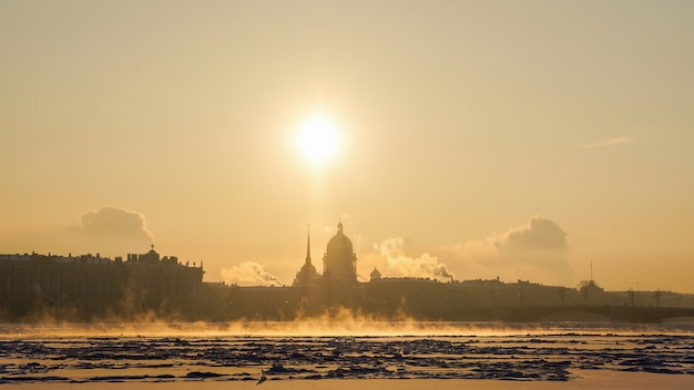 Zimowy pejzaż ze słońcem, mrozem i mgłą. sankt petersburg.