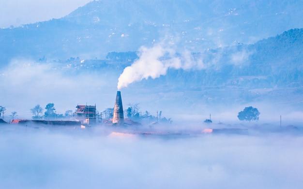 Zimowy poranek widok komina z cegły w katmandu w nepalu,