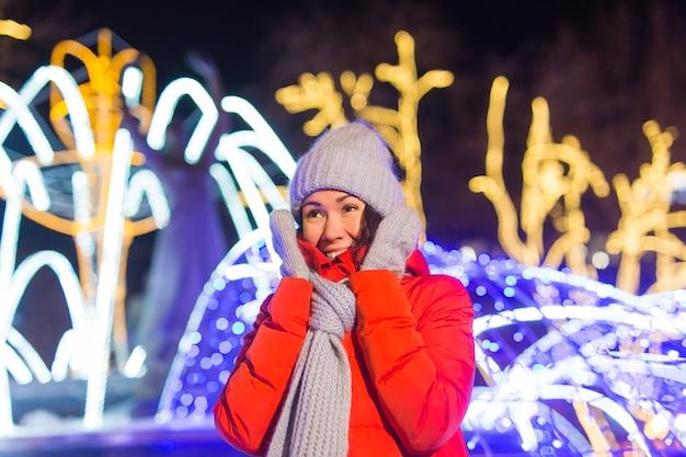 Zimowy sezon świąteczny boże narodzenie nowy rok koncepcja zabawna szczęśliwa kobieta spędza czas na zabawie w pobliżu