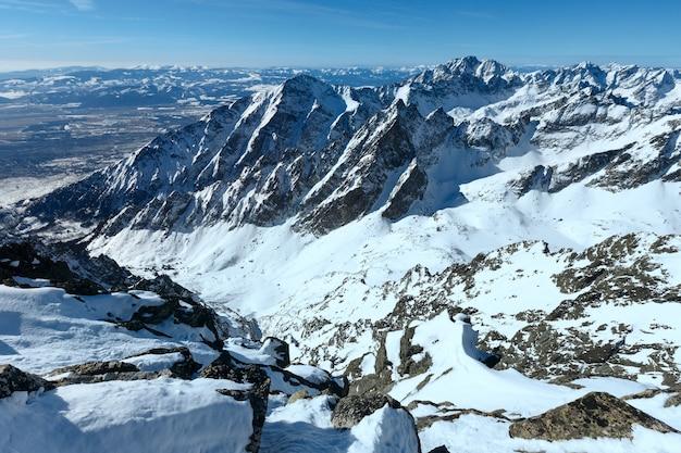 Zimowy skalisty krajobraz górski (tatrzańska łomnica, wysokie tatry, słowacja).