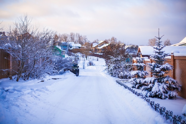 Zimowy śnieżny krajobraz z domami w małej wiosce
