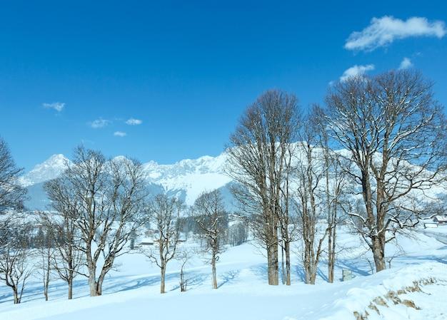 Zimowy śnieżny wiejski krajobraz masyw górski dachstein, austria.