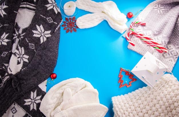 Zimowy strój kobiecy. zestaw ubrań i akcesoriów. odzież z dzianiny. kopiuj