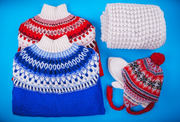 Zimowy strój kobiecy. zestaw ubrań i akcesoriów