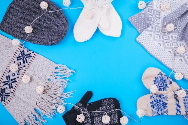 Zimowy strój kobiecy. zestaw ubrań z girlandą