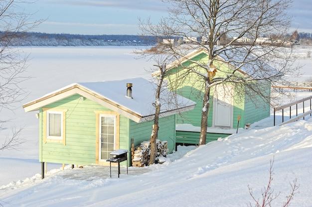 Zimowy widok budynków gospodarczych