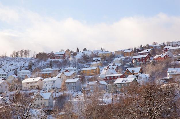 Zimowy widok domów w mieście trondheim w norwegii