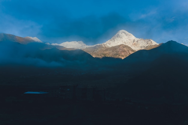 Zimowy widok góry kazbek kazbegi