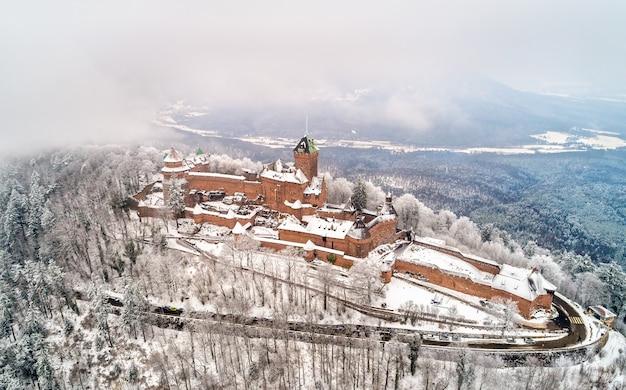 Zimowy widok na chateau du haut-koenigsbourg w wogezach. główna atrakcja turystyczna w alzacji we francji