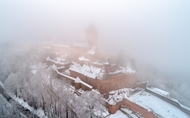 Zimowy widok na chateau du haut-koenigsbourg we mgle. główna atrakcja turystyczna w alzacji we francji